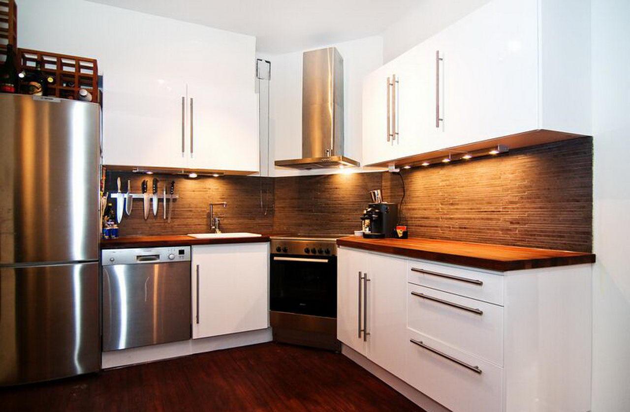 белая кухня с деревянной столешницей удачное стилевое решение для